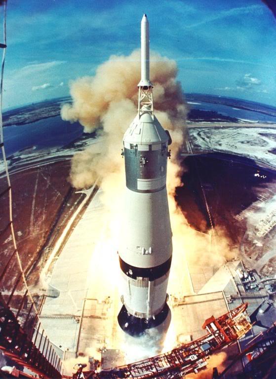 Старт ракети «Сатурн-5» з Н.Армстронгом, М.Коллінзом, Е.Олдріном і 3 039 000 кг пального та обладнання на борту. Курс — на Місяць (16.07.1969).