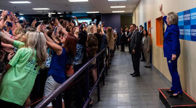 Натовп робить селфі з Гілларі Клінтон.