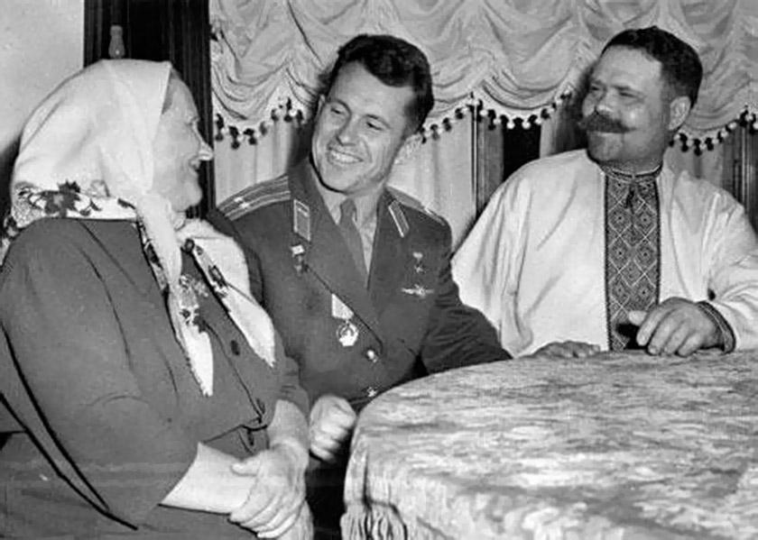 Павло Попович з батьками