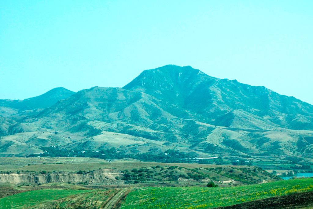 Азербайджанська гора з території Вірменії. Прифронтова зона, у якій досі бувають перестрілки