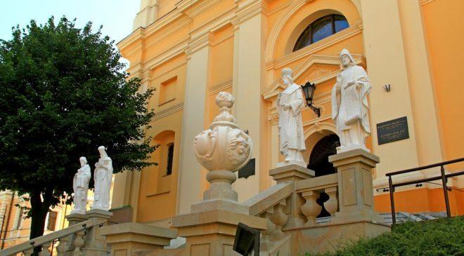 Вхід до греко-католицького храму св. Івана Хрестителя
