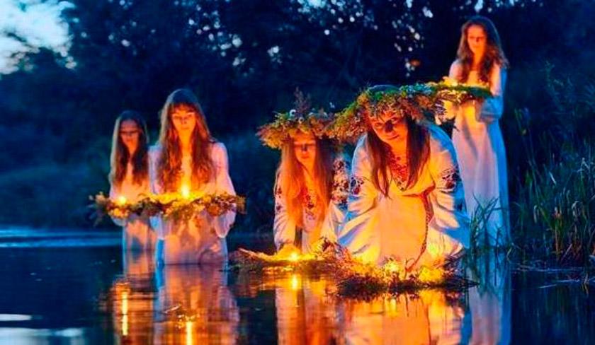 Дівчата пускають на воду вінки