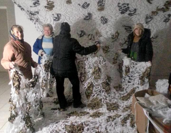 плетуть маскувальні сітки