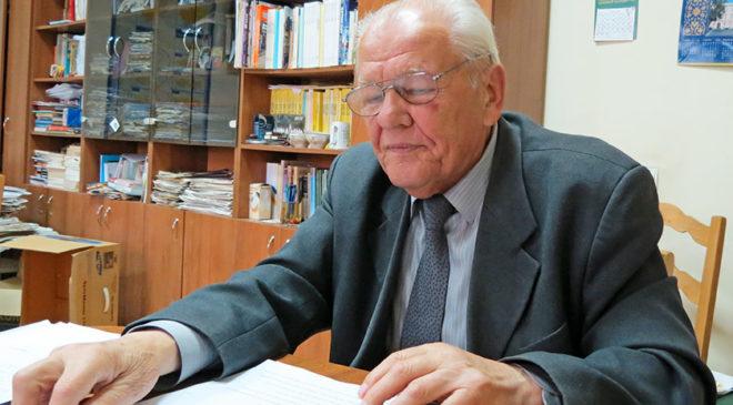 Володимир Середа під час розмови оперує численними документами