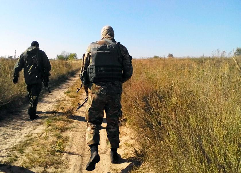 Військові патрулюють дороги навколо селища