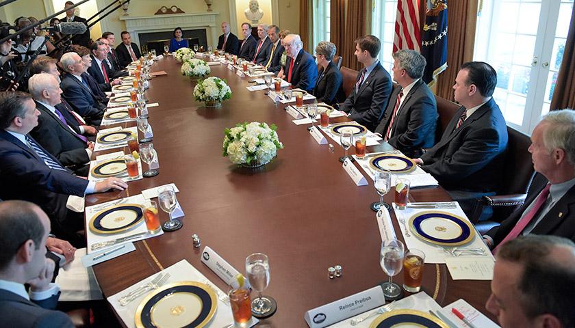 Президент Дональд Трамп говорить в залі Білого дому