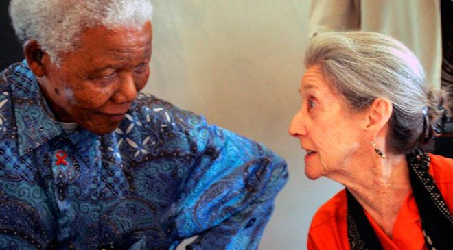 Надін Гордімер з колишнім президентом ПАР Нельсоном Манделою