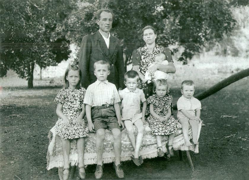 Спиридон Петрук-Новосад та Євгенія Антонюк із дітьми