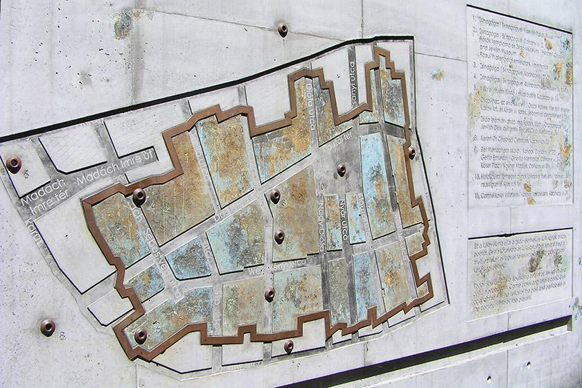 Пам'ятна стіна на місці єврейського ґетто у Будапешті