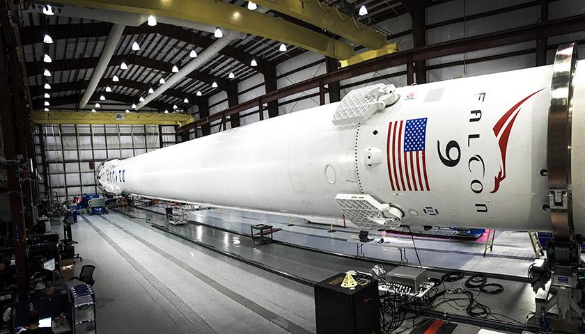 Falcon 9 в ангарі