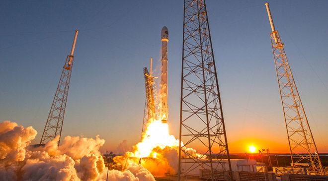 Перший етап запуску ракети Falcon 9 з космодрому на мисі Канаверал