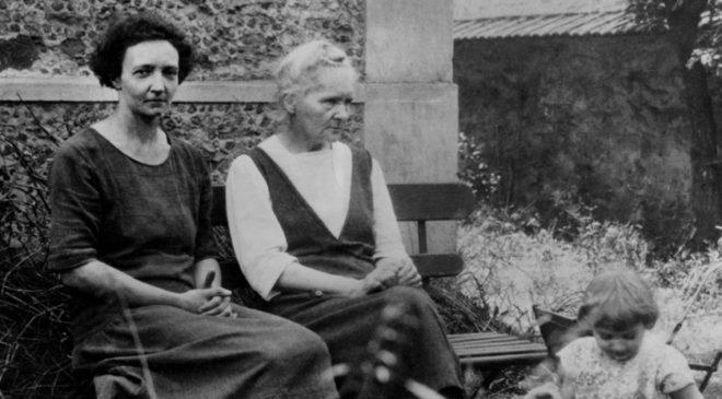 Марія Склодовська-Кюрі з дочкою Ірен Жоліо-Кюрі і внучкою Елен