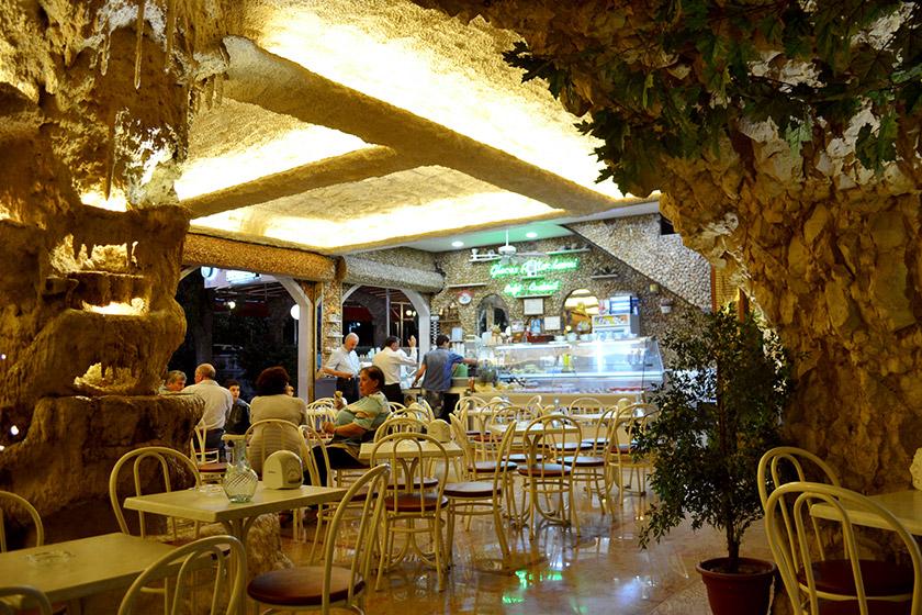 Печерне кафе у Захлі