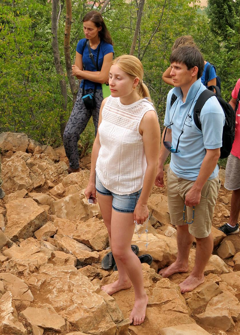 Дехто з паломників піднімається на гору Об'явлень босоніж