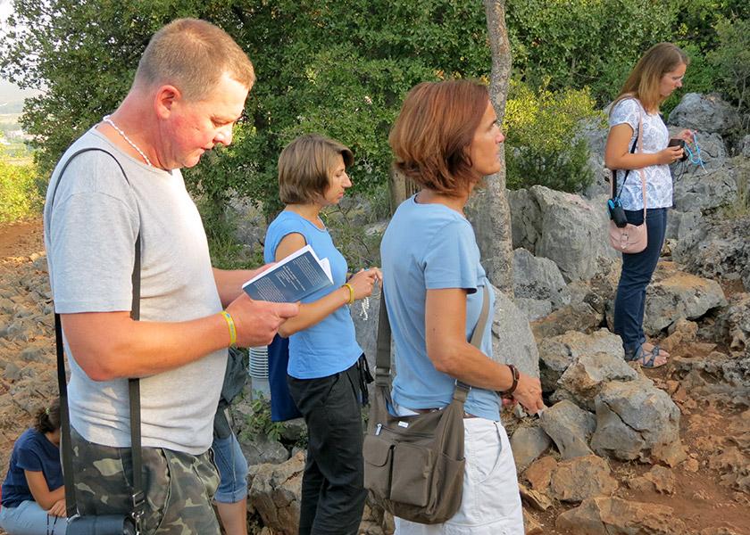 Під час Хресної дороги до місця об'явлень прочани читають послання Богородиці.