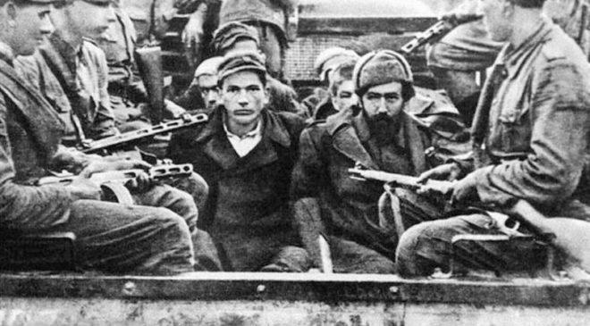 Українських партизан конвоюють польські військові