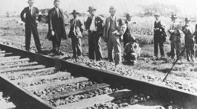 Японські журналісти біля пошкодженої залізниці