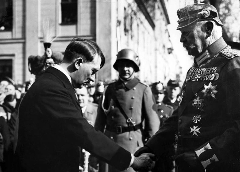 Адольф Гітлер переймає владу від президента Пауля фон Гінденбурга