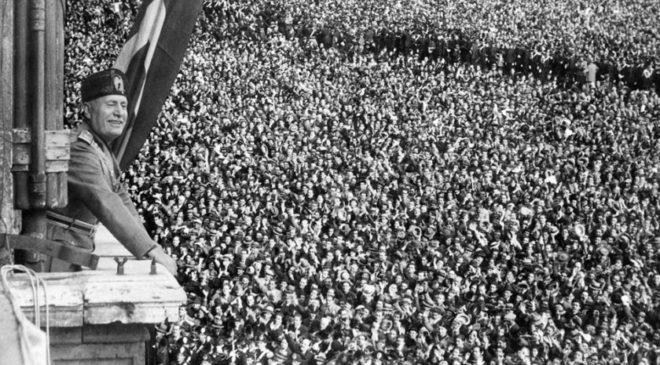 Беніто Муссоліні перед багатотисячним натовпом у Римі
