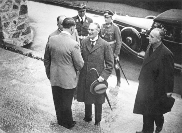 Гітлер зустрічає Чемберлена