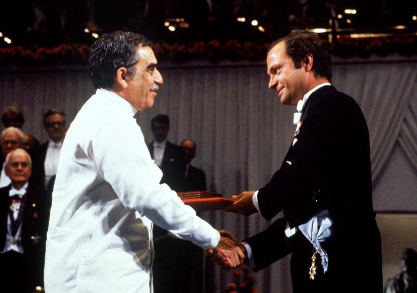 Габріель Гарсіа Маркес отримує Нобелівську премію