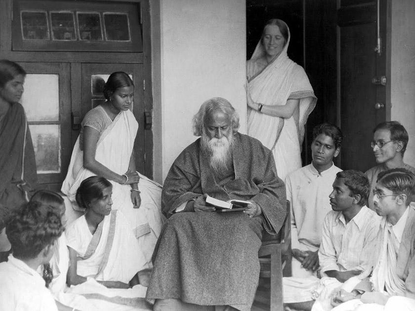 Письменник зі своїми учнями
