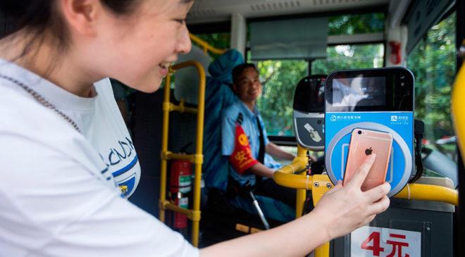 Оплата за проїзд у міському транспорті