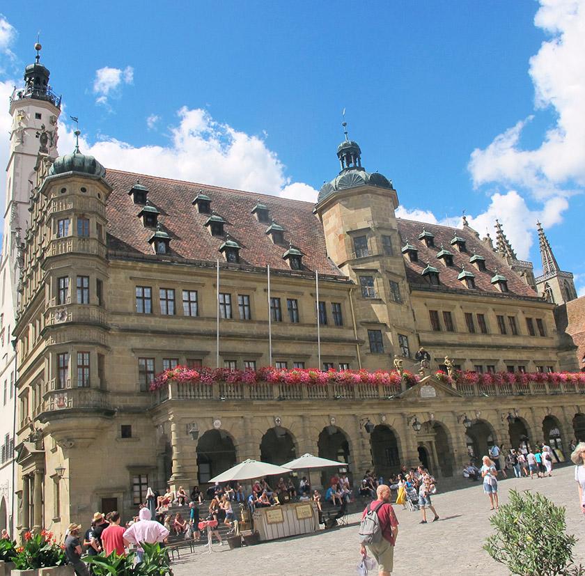 Головна площа Ротенбурга – Marketplatz – засаджена квітами
