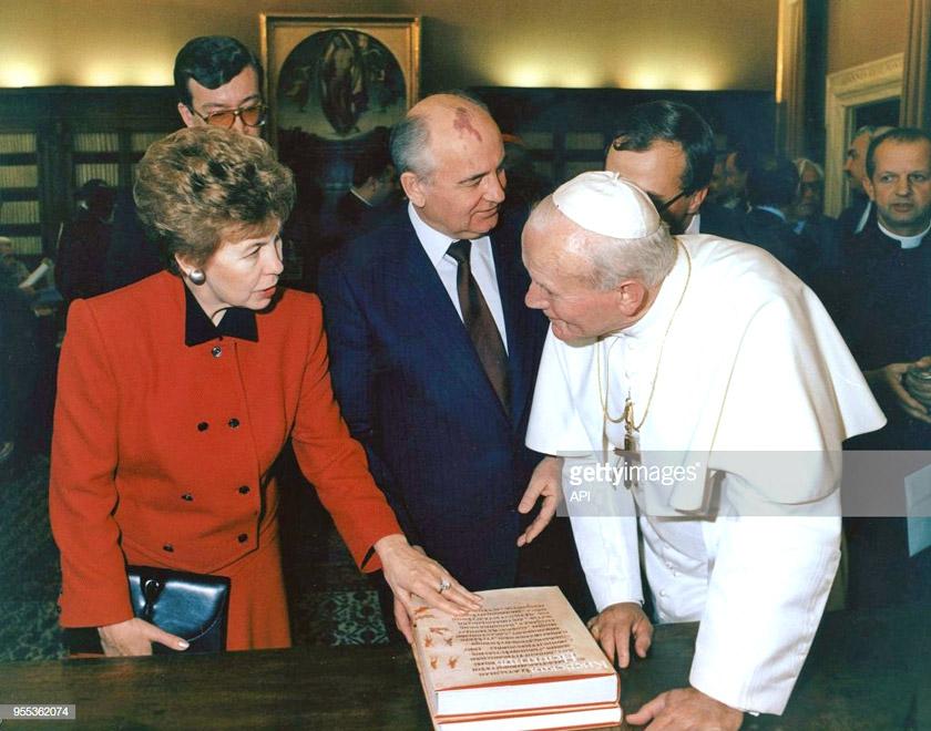 Михайло Горбачов з дружиною Раїсою у Ватикані