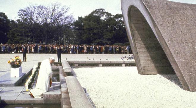 Іван Павло ІІ молиться в Парку Миру в Хіросімі