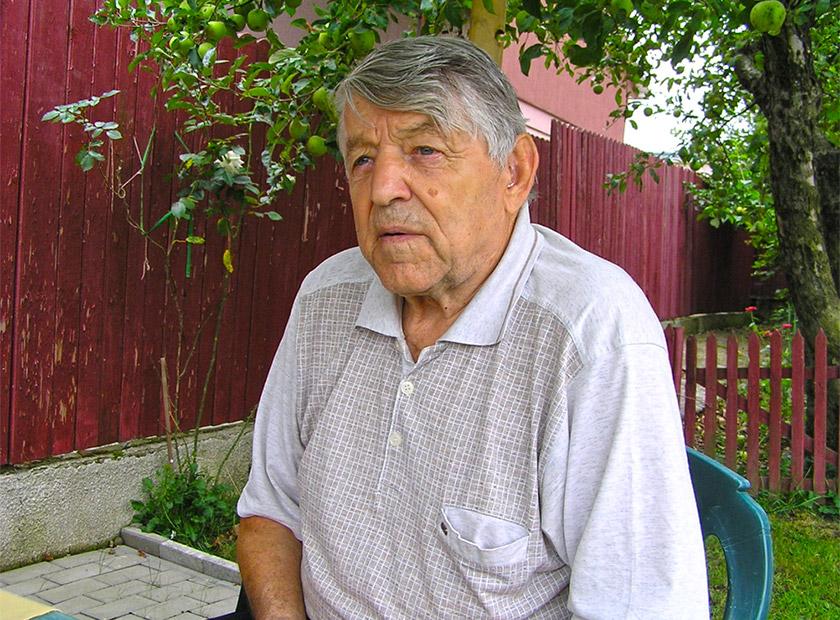 Микола Майданюк на подвір'ї свого дому