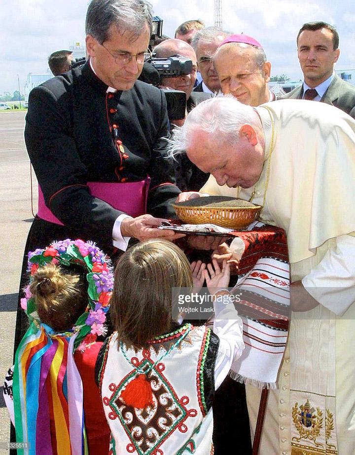 Прибувши до України, Іван Павло ІІ цілує українську землю