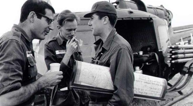 Репортер Девід Гальберстам з New York Times (ліворуч), кореспондент Малкольм Браун з Associated Press Saigon (у центрі) та Ніл Шиан з United Press International