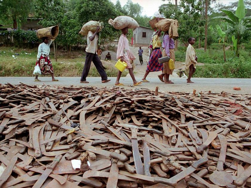 Тисячі покинутих мачете на кордоні Руанди і Танзанії