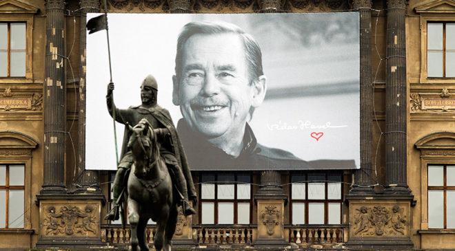 Банер з фотографією Вацлава Гавела на будівлі Національного музею у Празі