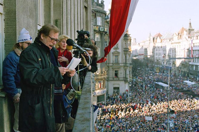 Вацлав Гавел оголошує список першого некомуністичного уряду Чехословаччини. Тисячі людей зібралися в неділю, 10 грудня 1989 року