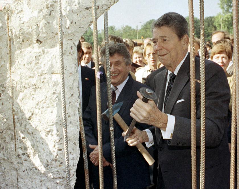 Рональд Рейган особисто долучився до руйнування Берлінської стіни