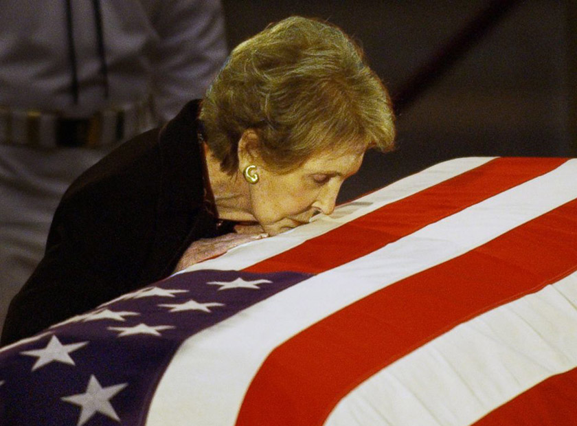 Ненсі Рейган цілує домовину свого чоловіка