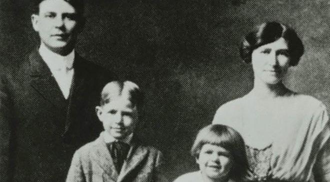 Рональд Рейган з батьками та старшим братом Нейлом
