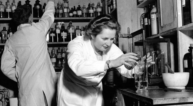 Маргарет Тетчер працює лаборантом