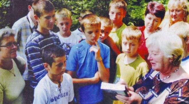 Марія Прокопець проводить екскурсію для молоді села Більче