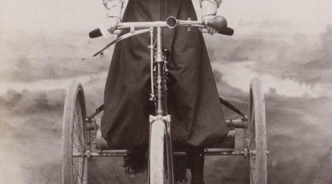 Леа Лемуан на «триколісному велосипеді з двигуном Де Діона»