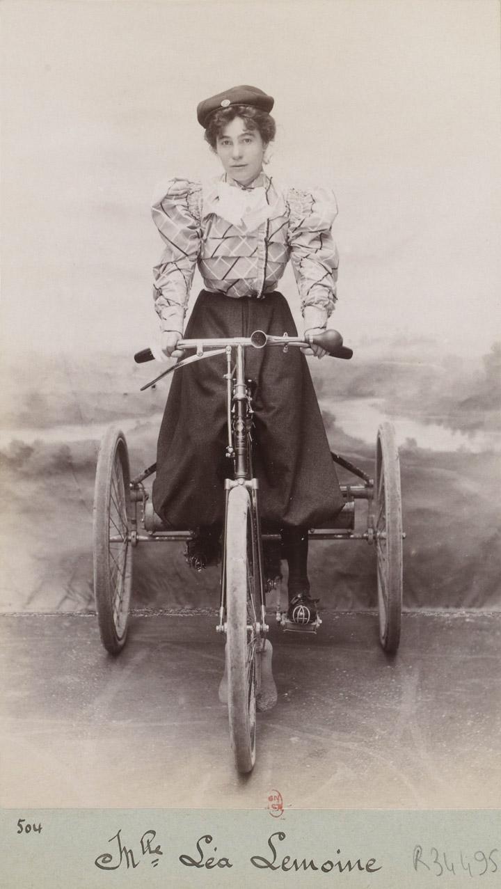 Леа Лемуан на «триколісному велосипеді з двигуном De Dion»