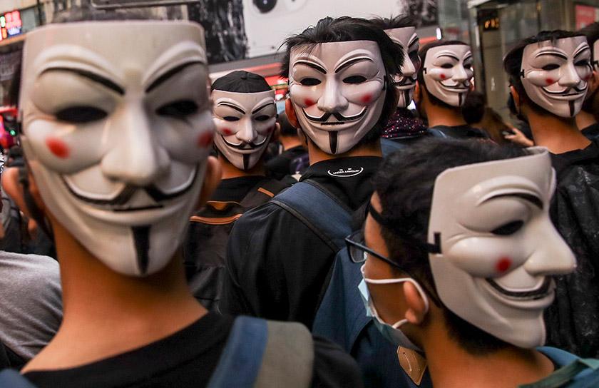 «У всьому світі протестувальники носять маски Гая Фокса, щоб приховати свою особистість, присвячуючи себе справі»
