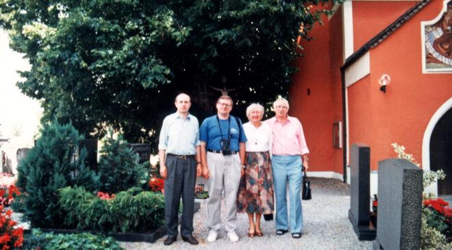 Гості з України біля церкви на честь Едігни